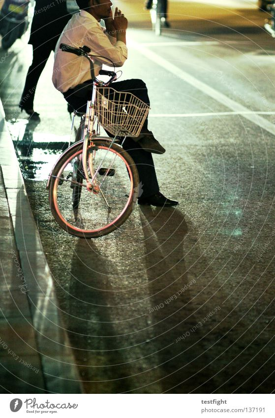 Street Dark Bicycle Transport Telephone Sit Dangerous Stand Smoking Traffic infrastructure Easygoing To call someone (telephone) Comfortable Recklessness Uncomfortable