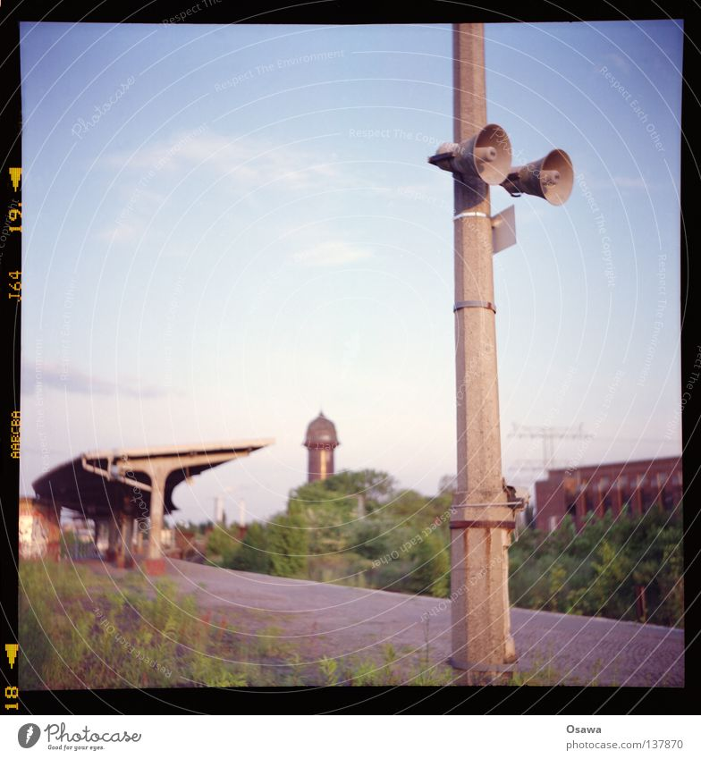 East Cross 11 Lomography Medium format Platform Friedrichshain Cobblestones Roof Evening Commuter trains Station Lantern Lamp post Concrete Loudspeaker
