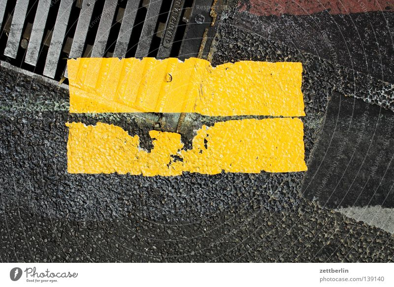 road marking Lane markings Gully Construction site Barrier Construction worker Label Yellow Bright yellow Information Communication Traffic infrastructure