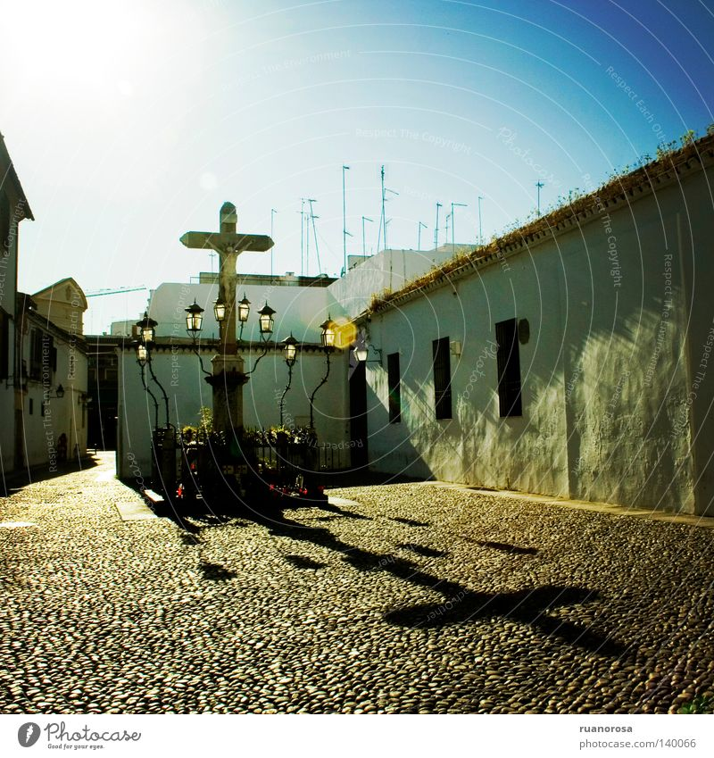 Capuchinos Sun Crucifix Field crucifix Street lighting Shadow House (Residential Structure) Wall (building) Historicism Antiquity Monument Tourism Cordoba