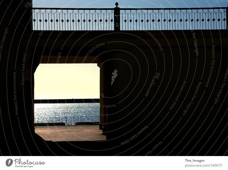 Hoffnungsschimmer Ocean Meer Wasser Sonne Einsamkeit Spiegelung Hitze Schatten Handrail Dunkel Licht einsam Blendung blenden Ufer Steg Hafen