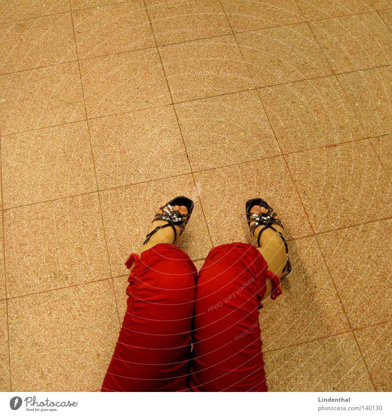 Rote Hose Woman rot frau schuhe 3/4 drei viertel boden sitzen karos platten marmor warten mädchen