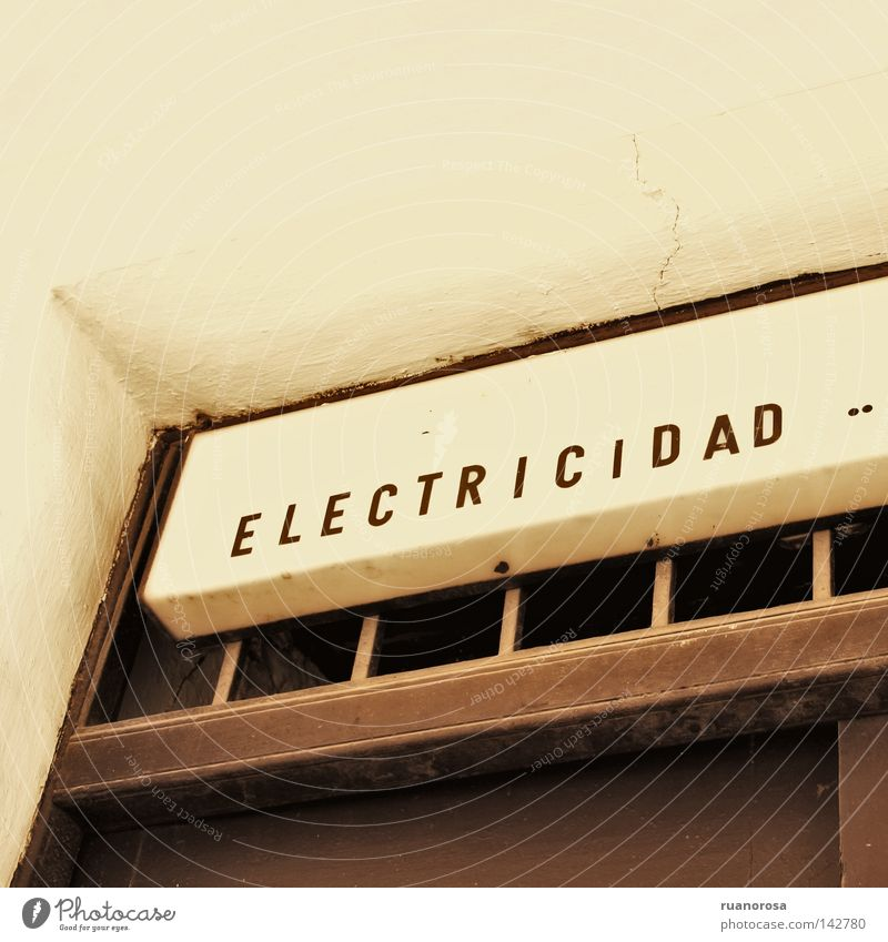 Estática Letters (alphabet) Door House (Residential Structure) Electricity Signs and labeling Antiquity Notice Poster Signage Public service Walking Trade Lime