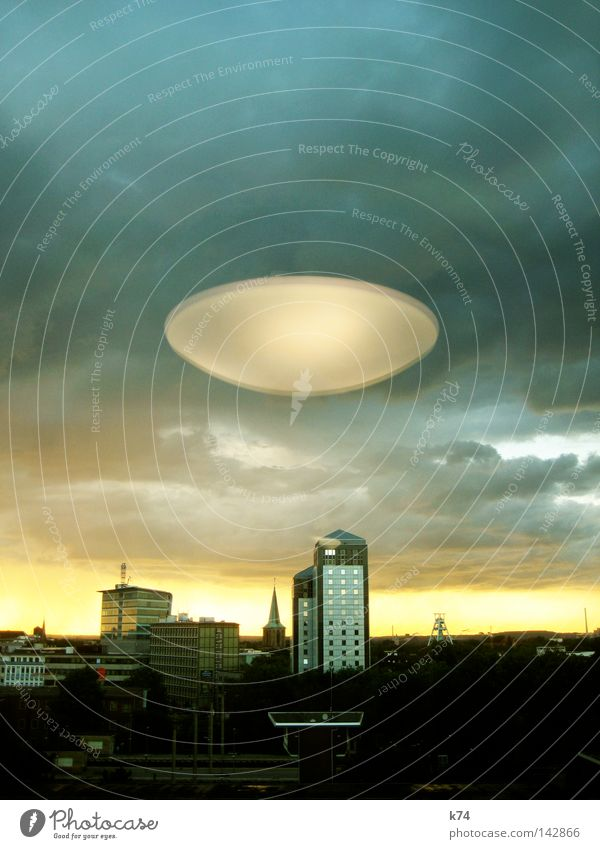 City Fear Dangerous Obscure Planet Panic UFO Extraterrestrial being Mars Floating Aircraft Spacecraft Saucer National security