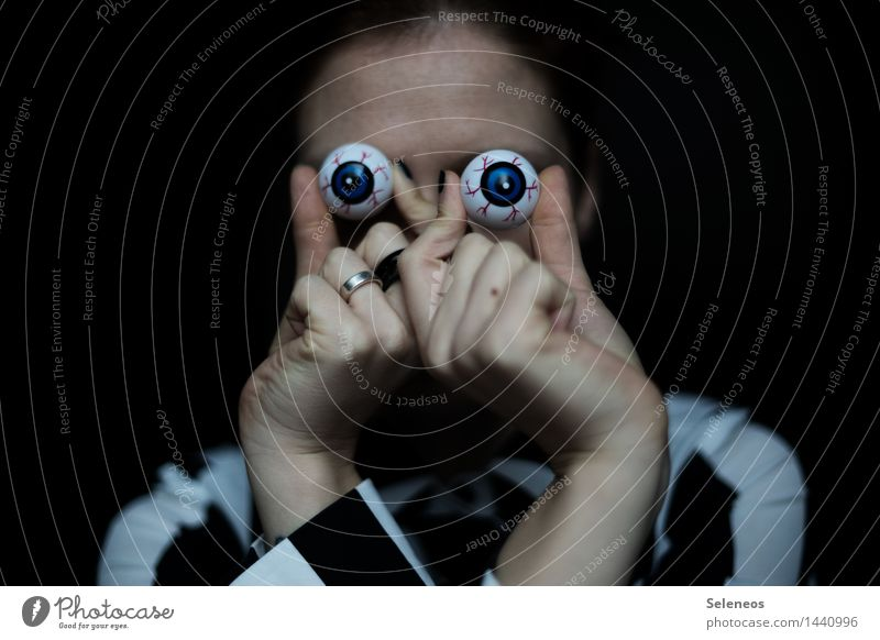 Orientation l Sea aid Human being Face Eyes Hand Fingers 1 Observe Discover Looking Creepy Watchfulness Curiosity Spy Informer Colour photo Interior shot