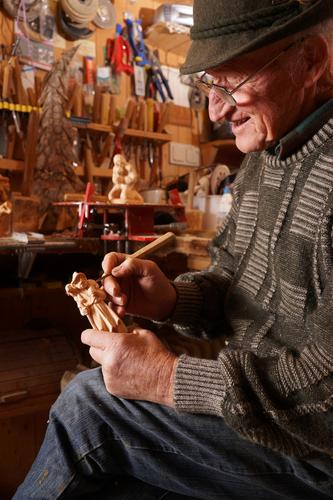 Woodcarver 2 Leisure and hobbies Male senior Man Grandfather 1 Human being 60 years and older Senior citizen Art Artist Work and employment Passion Carving