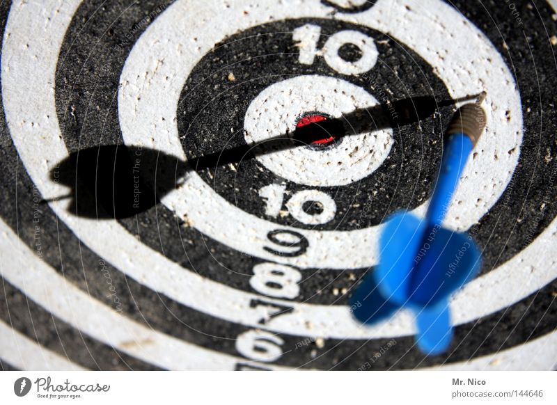 In and Out Darts Discus Dartboard Playing Round Past Circle 10 9 8 7 6 Strike Direct hit Black White Middle Minimal Gap Success Loser Thrashing Sporting event