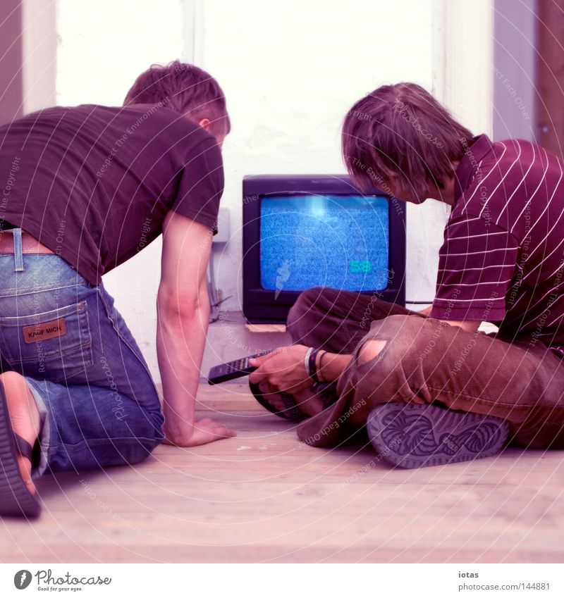Man Summer Media Wait Flat (apartment) Bottom TV set Television Hind quarters Concentrate Radio (broadcasting) Expectation Tense