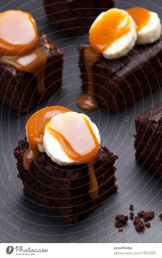 Brownies with banana-caramel topping Food Fruit Dough Baked goods Cake Dessert Candy Chocolate Nutrition Eating To have a coffee Finger food Lifestyle Wellness