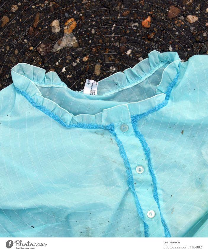 nachtwäsche blau kleid weiblich beton boden regen nass kopf Altbier oma kalt strasse verlassen knoepfe schlafanzug dessous bekleidung draussen morgen frau