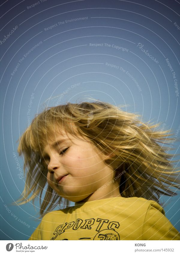 pert as light Child Toddler Boy (child) Hair and hairstyles Shake Headbanging Shake of the head Floor mat Blonde Long-haired Hippie Rocker Hairdresser Dynamics