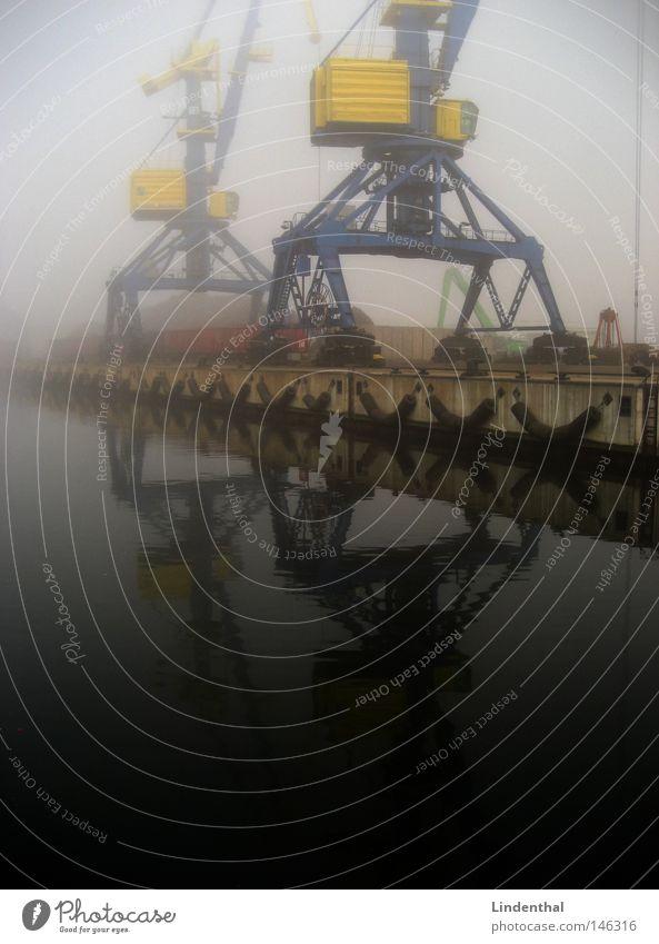 Hafenkran bei Nebel Navigation nebel hafen Wismar Hamburg umschlaghagen Container geld wasser bug Transport ware handel