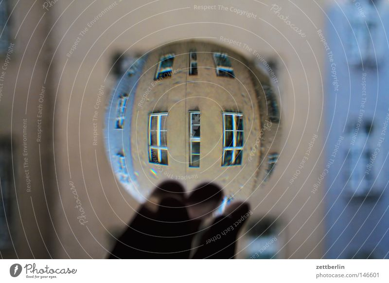 House (Residential Structure) Window Obscure Lens Magnifying glass Really Vista Town house (City: Block of flats) Breakage Focal point Physics