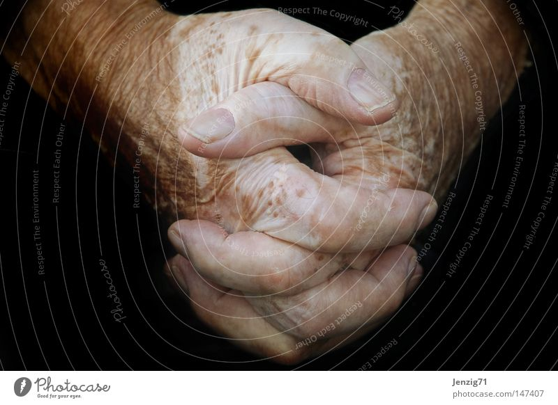 I'll tell you about it with my hands. Hand Fingers Thumb Skin Old Senior citizen Wrinkles Work and employment Function Fatigue Break Calm Fingernail Door handle