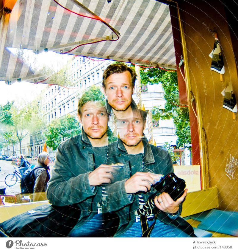 BLN08 | Kalle³ Man Masculine Amazed Perplexed Head 2 3 Computer user Sun blind Striped Shop window Glass Window Neukölln Quarter Camera Black Photographer Stay