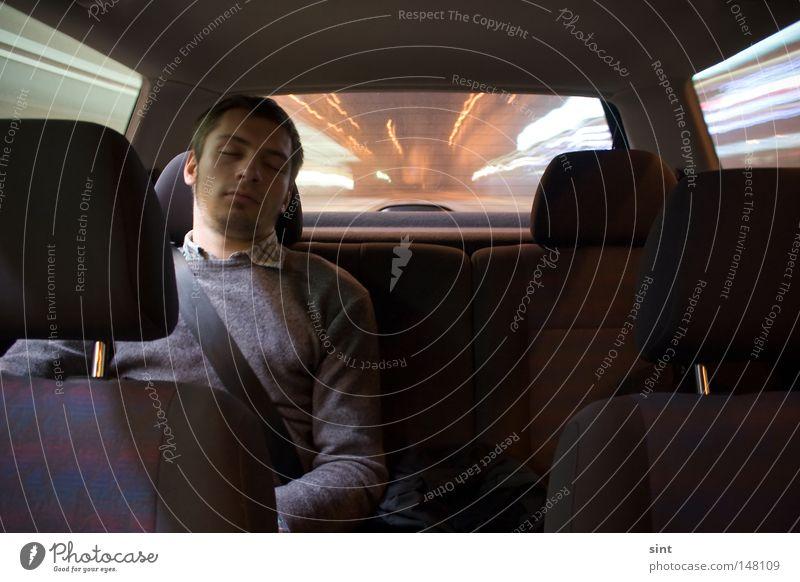 schläfertransport Man Transport sint schlafen nacht nachts auto fahren langzeit belichtung Digital schnell geschwindigkeit rücksitz eingeschlafen verschlafen