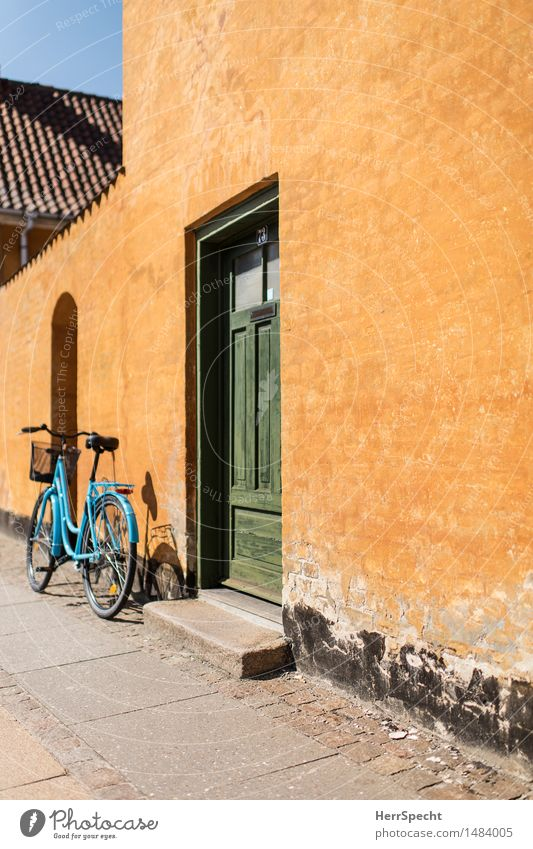 At Home Cycling tour Summer Living or residing Flat (apartment) Old town House (Residential Structure) Detached house Manmade structures Building Wall (barrier)