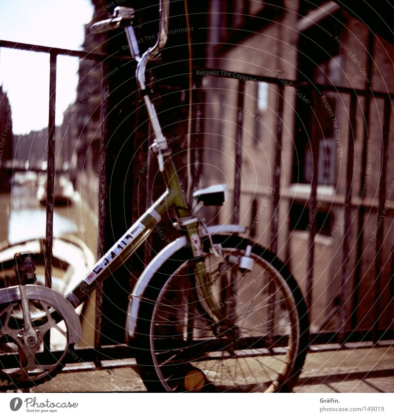bikes Bicycle Tire Folding bicycle Spokes Bicycle handlebars Bicycle bell Reflector Forwards Driving Movement Old warehouse district Hamburg Lean Ajar