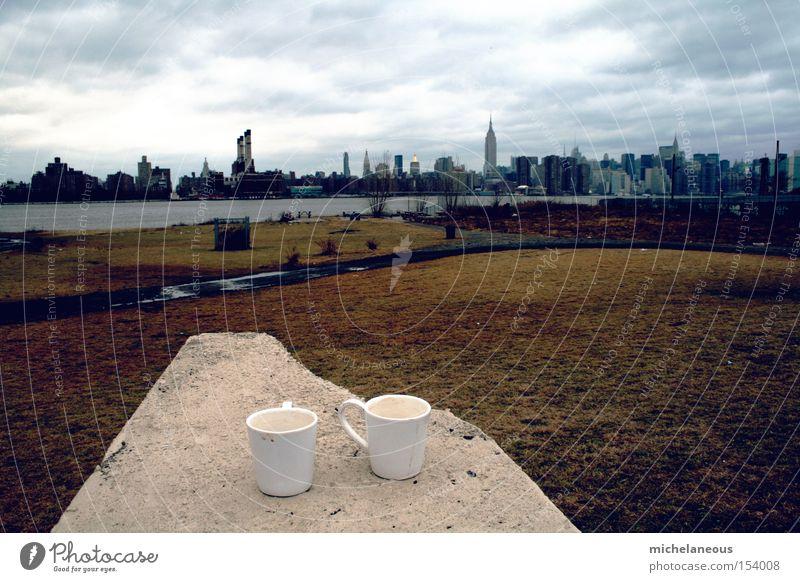frühstück. New York City Panorama (View) Kaffee Tassen Frühstück Manhattan Brooklyn East River Wiese Park Ufer Morgen Roof Horizont Himmel Herrlichkeit Large