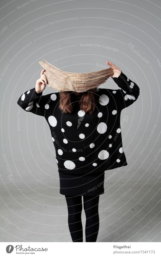 board in front of the head Feminine 1 Human being 18 - 30 years Youth (Young adults) Adults Think Wood Branch Chopping board Head Point Pattern Sweater