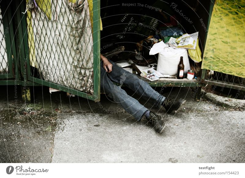 No sleep to Brooklyn Legs 1 Human being Sleep Poverty Broken Fatigue Loneliness Crisis Homeless Sordid Trash Doomed Tramp Sacrifice Colour photo Exterior shot