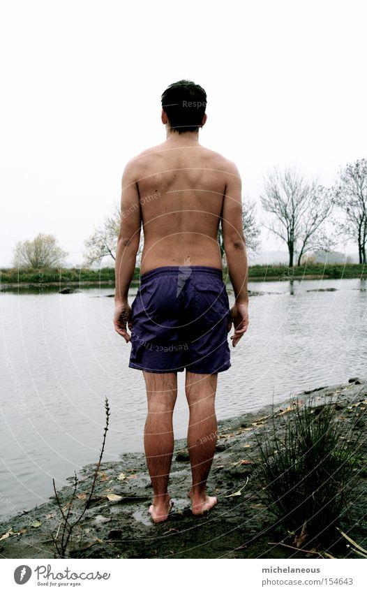 nichtschwimmer Winter Feeble Looking Mann Badehose Angst 3°C Rücken Haut Rückseite Ufer Horizont Bäume Trau Dich Wagnis