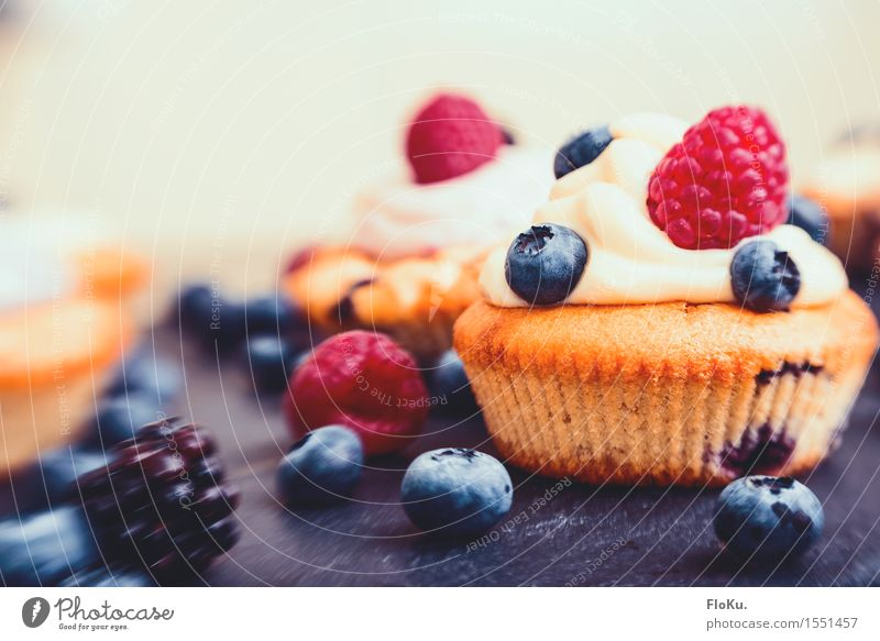 Lensbaby Cupcake Food Fruit Dough Baked goods Cake Dessert Nutrition To have a coffee Organic produce Finger food Delicious Sweet Blueberry Raspberry Slate