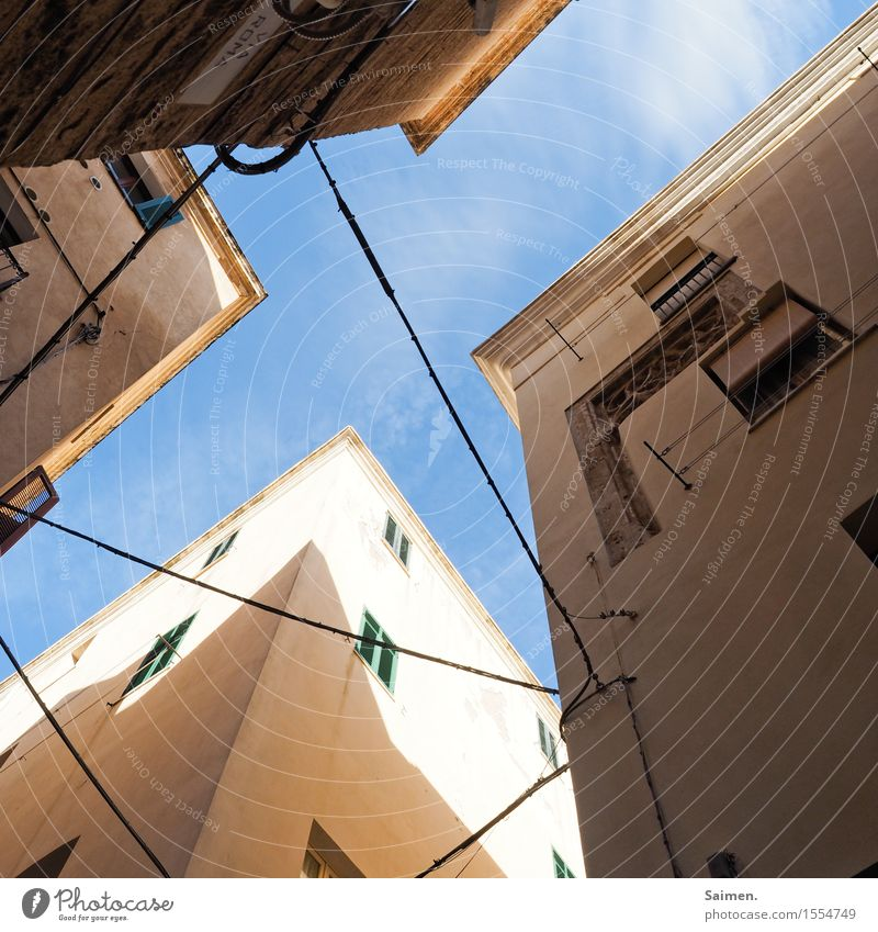 air crossing Town Old town House (Residential Structure) Building Architecture Wall (barrier) Wall (building) Facade Window Cable Crucifix Corner Sharp-edged