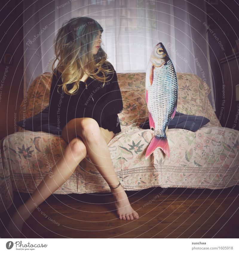 girl with wig on a sofa next to a fish | remixcase - date with fish Young woman Hair and hairstyles Living room Date Sofa Fish Remixcase Child Infancy Parenting