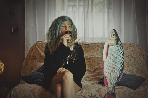Remix date with fish. VII Girl Young woman Hair and hairstyles Living room Date Sofa Fish Remixcase Child Infancy Parenting Crazy Strange Puberty Whimsical Wig