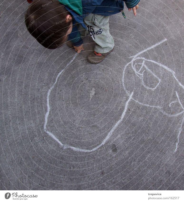 junge Child kind beton strasse malerei zeichnung kunst kreativ kreide spielen zeichnen Asphalt linie stadt Kindergarten