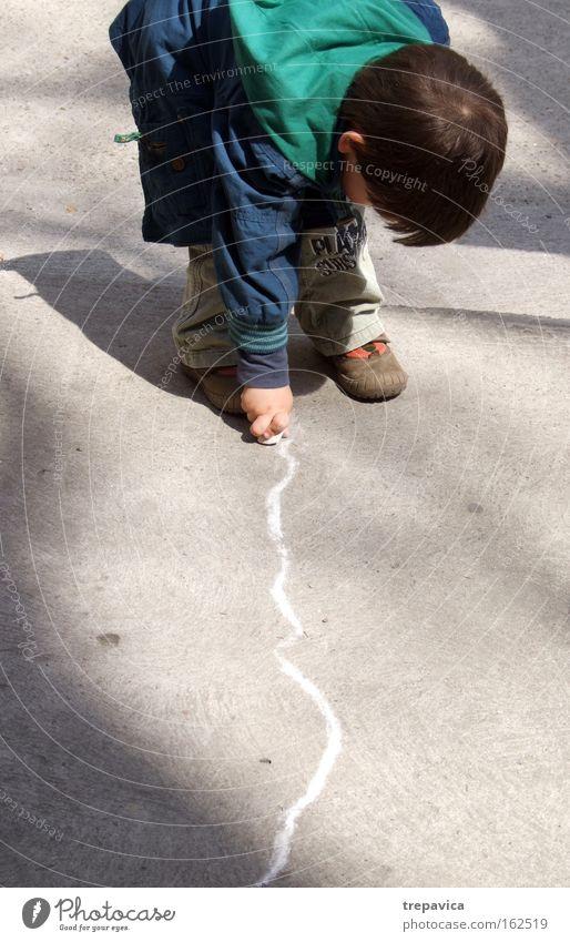 junge I Child kind beton strasse malerei zeichnung kunst kreativ kreide spielen zeichnen Asphalt linie stadt Kindergarten sonne