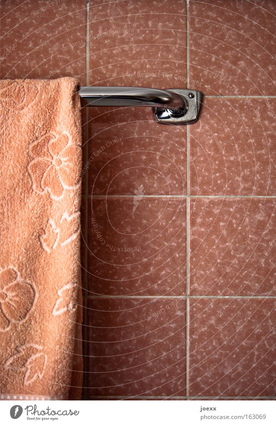 Ladies Bath Old fashioned Pink Bathroom Tile Seam Towel Arrangement Meticulous Clean Seventies Household Decoration accurate towel rail