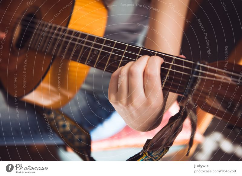 guitar student Leisure and hobbies Playing Human being Feminine Young woman Youth (Young adults) Woman Adults Hand 13 - 18 years 18 - 30 years 30 - 45 years