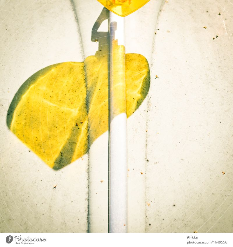 A heart for the automobile Personal hygiene Sign Signs and labeling Illuminate Elegant Exotic Yellow Shadow play Structures and shapes Line Heart Heart-shaped