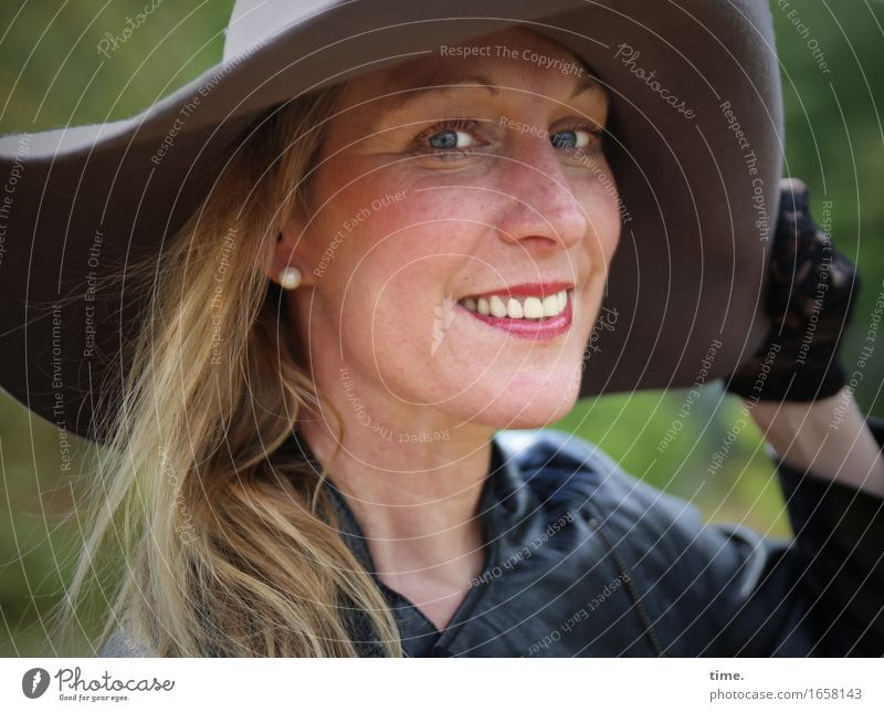 Yvonne Feminine 1 Human being Park Jacket Gloves Hat Blonde Long-haired Observe Laughter Looking Positive already Contentment Joie de vivre (Vitality)
