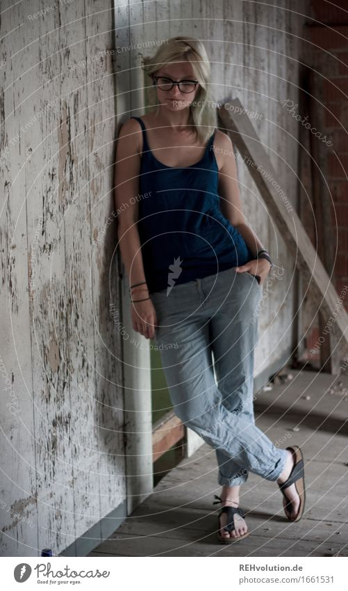 Jule's standing around. Human being Feminine Young woman Youth (Young adults) 1 18 - 30 years Adults Wall (barrier) Wall (building) Pants Eyeglasses Flip-flops