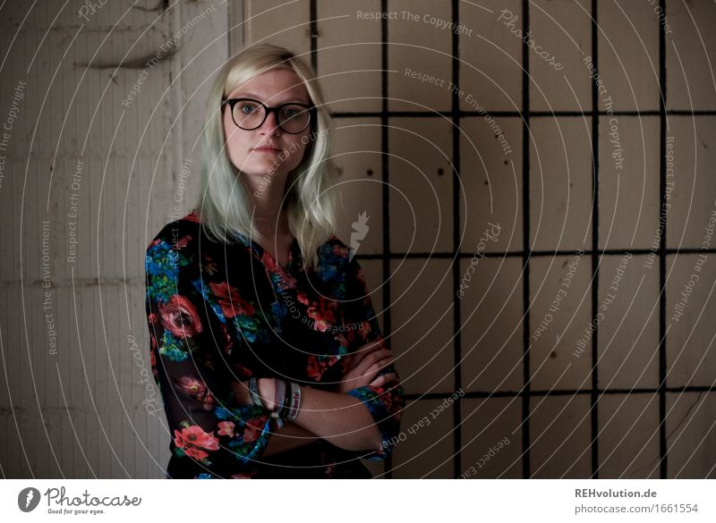 Jule and the tiles. Style Human being Feminine Young woman Youth (Young adults) 1 18 - 30 years Adults Wall (barrier) Wall (building) Fashion Eyeglasses Blonde