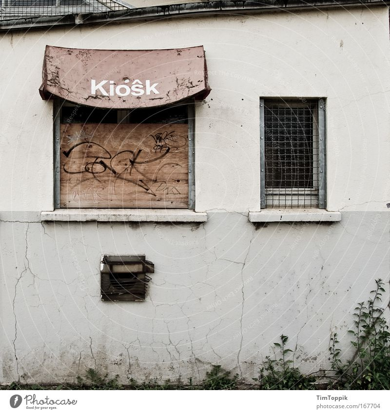 Kiôsk Exterior shot Central perspective Outskirts House (Residential Structure) Industrial plant Wall (barrier) Wall (building) Facade Window Eaves Gloomy