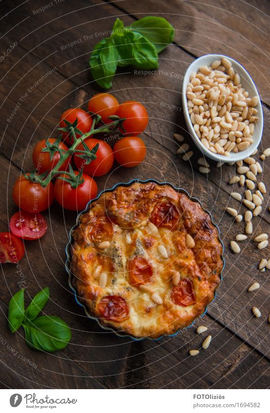quiche Food Vegetable Lettuce Salad Dough Baked goods Quiche Tomato Vine tomato Basil Pine nut Nutrition Eating Lunch Dinner Organic produce Vegetarian diet