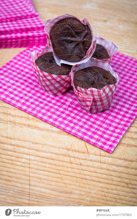 Muffin Quartet Food Dough Baked goods Cake Dessert Candy Tartlet Nutrition Slow food Finger food Napkin Table Chopping board Wood Delicious Round Juicy Sweet