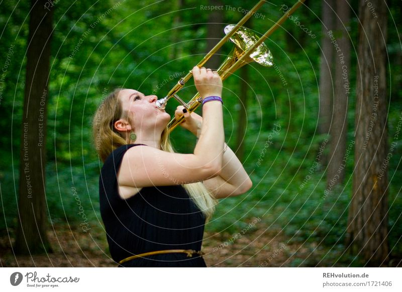 Jacki and the trombone. Leisure and hobbies Human being Feminine Young woman Youth (Young adults) Woman Adults 1 18 - 30 years Environment Nature Landscape