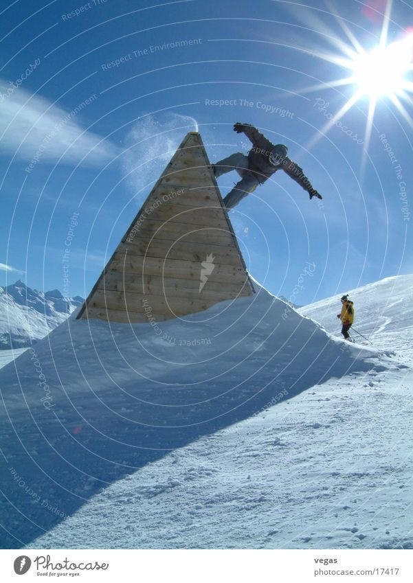 nozzle II Snowboard Sölden Steep Sports Fun park Sunbeam Back-light Barrier Trick Shadow Freestyle Above Upward Downward Pyramid Triangle Snowboarder