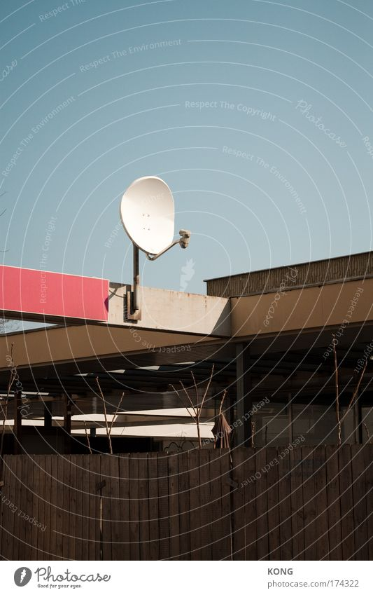 Architecture Roof Technology Telecommunications Geometry Cloudless sky Antenna Blue sky Receive Satellite dish Flat roof Dish antenna Receiving station Low building Clear sky Ready to receive