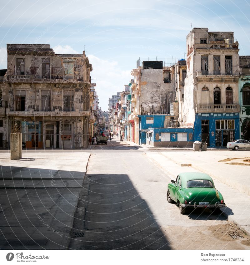 centro habana Vacation & Travel Tourism Far-off places Summer Town Street Vintage car Old Poverty Historic Broken Retro Optimism Joie de vivre (Vitality)