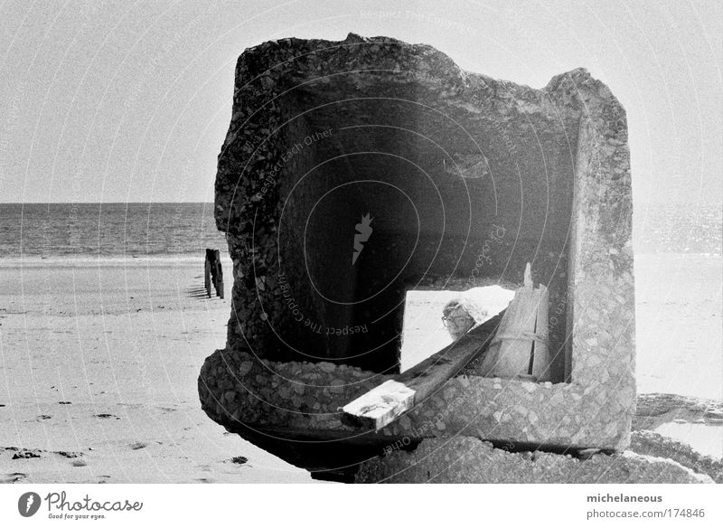 peep-box Black & white photo Exterior shot Copy Space left Day Sunlight Long shot Looking into the camera 1 Human being Sand Coast Optimism