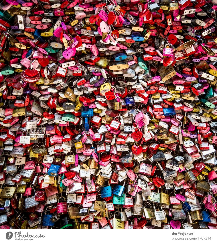 Chained Love Vacation & Travel Tourism Trip Summer Town Downtown Overpopulated Tourist Attraction Landmark Monument Emotions Joy Happy Joie de vivre (Vitality)
