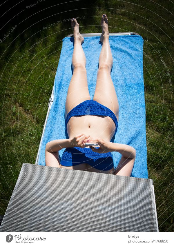 surf lying down Lifestyle Body Relaxation Sunbathing PDA Entertainment electronics Telecommunications Feminine Young woman Youth (Young adults) 1 Human being