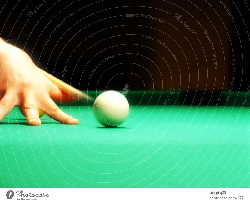 kickoff Queue Swimming pool Pool (game) Kick off Snooker White Hand Fingers Green Black Sphere billiard cloth Movement