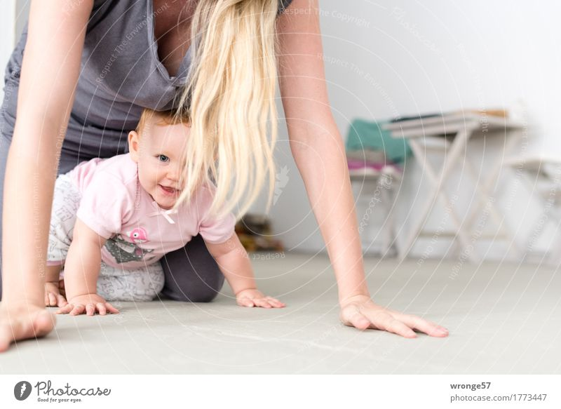 discovery tour Human being Feminine Child Baby Mother Adults 2 0 - 12 months 30 - 45 years Crawl Friendliness Together Happy Gray Pink White Joy Determination